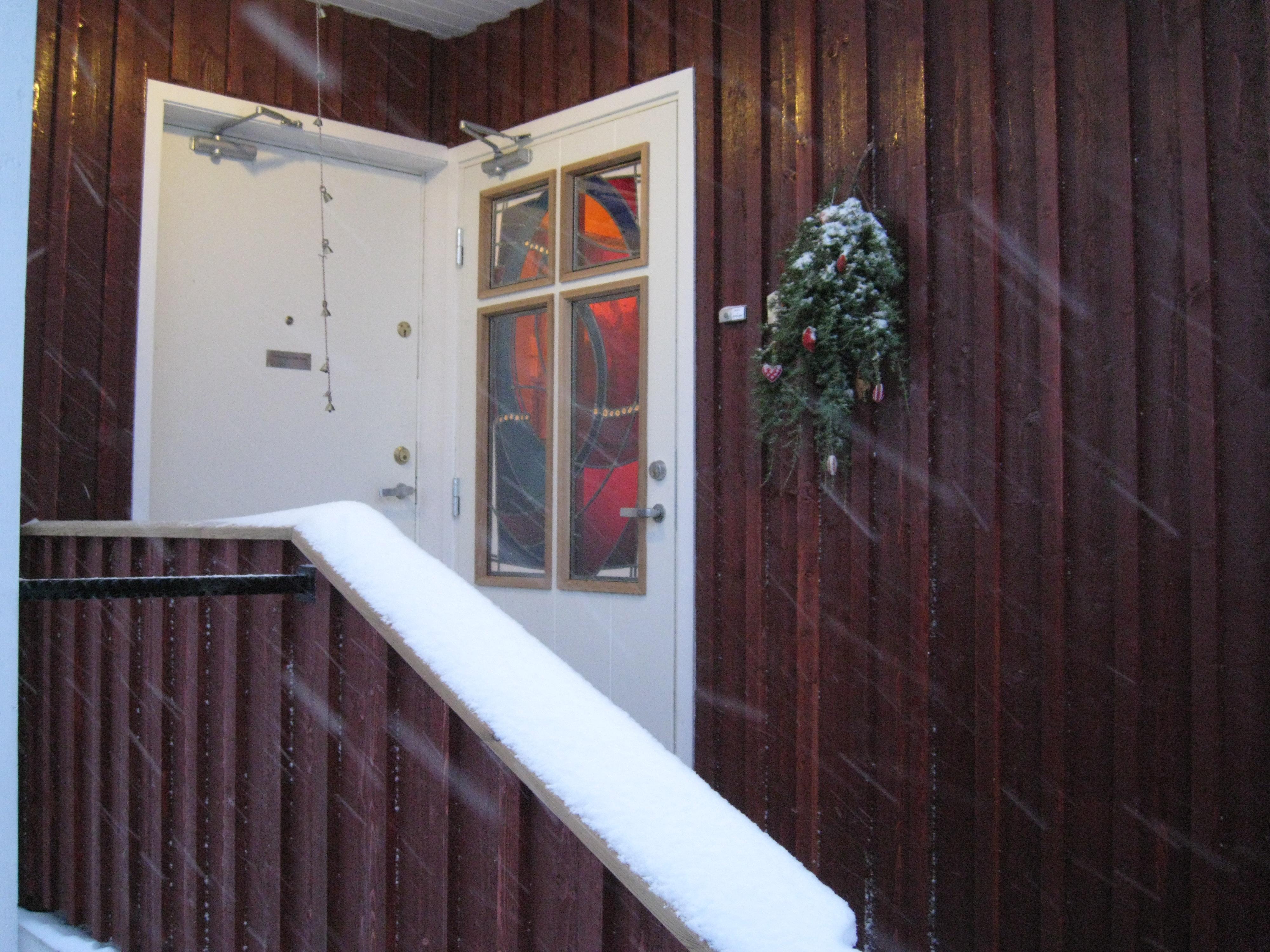 Opp en trapp og inn en dør